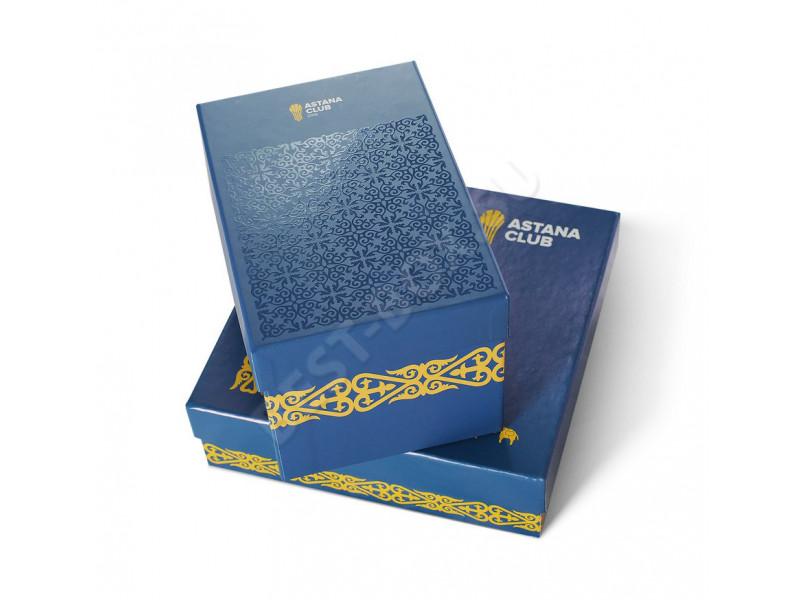 Подарочные коробки различной формы, выполненные в едином дизайне: украшенные шелкографией и цветной печатью с этническими мотивами.