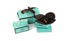 Стильная упаковка шоколадных конфет, выполненная в модных оттенках: коричневом и бирюзово-голубом. Красивые атласные ленты помогают закрывать коробку и дополнительно украшают ее.