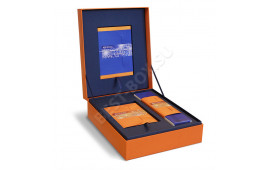 Объемная коробка для подарочного корпоративного набора. В дизайне сочетаются темно-синий и оранжевый оттенки, что придает композиции свежесть и праздничность. Внутри – ложемент из картона, обклеенного синей дизайнерской бумагой.